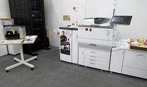 ストックが無いカタログや、急に必要になったパンフレットなどは、社内のオンデマンド印刷機でタイムリーに出力が可能。その都度、印刷すればよいので、過剰在庫をかかえることがない。