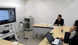 「インタラクティブ・ホワイト・ボード(電子ホワイトボード)」と、持ち運びできるテレビ会議用の「ユニファイド・コミュニケーション・システム」で、スピーディーに遠隔会議ができる。
