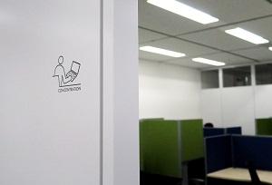 オフィス内の表示はピクトサインと英語で行い、グローバル化に対応している。