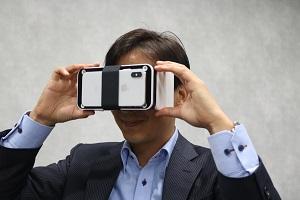 VRグラスを手にするシリウス・ネオの原田代表