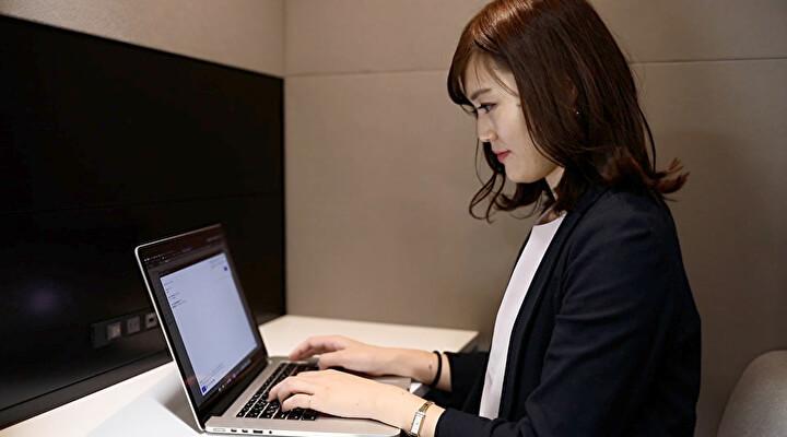 テレキューブで作業をする女性