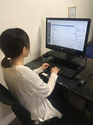 自宅のパソコン作業台で在宅勤務する@人事の編集メンバー