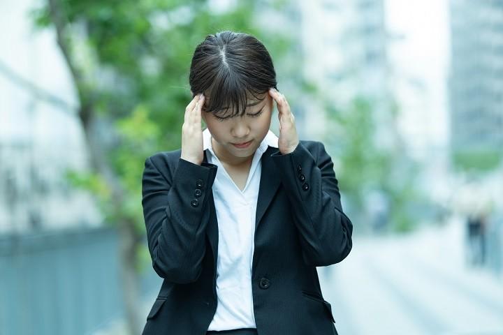 ハラスメントに悩む女性のイメージ写真