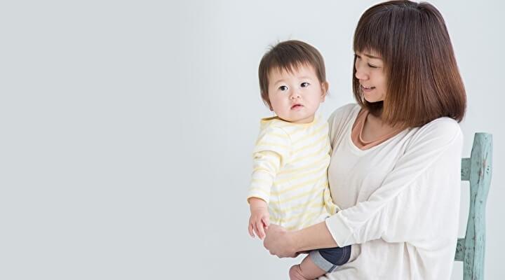 赤ちゃんを抱っこするママのイメージ写真