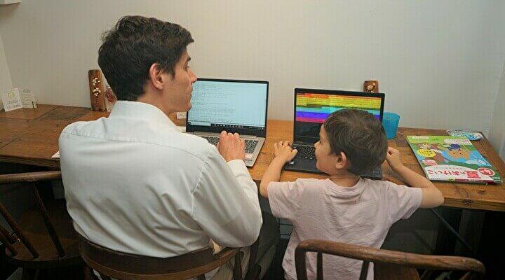 子連れテレワーク実証実験に参加した外国人エンジニアと息子