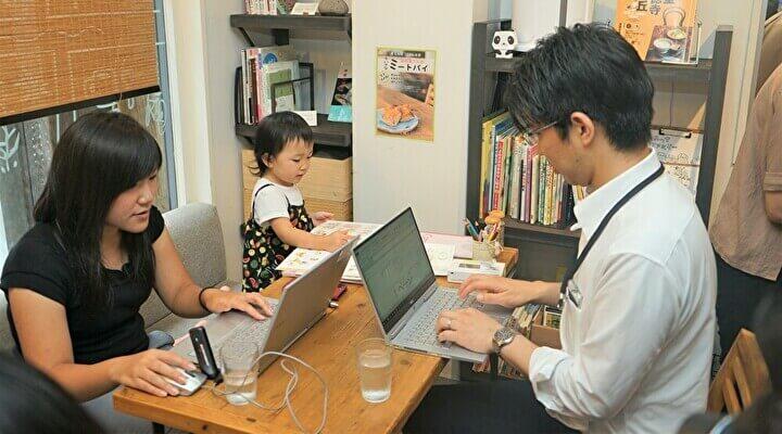子連れテレワークに参加する社員と子ども