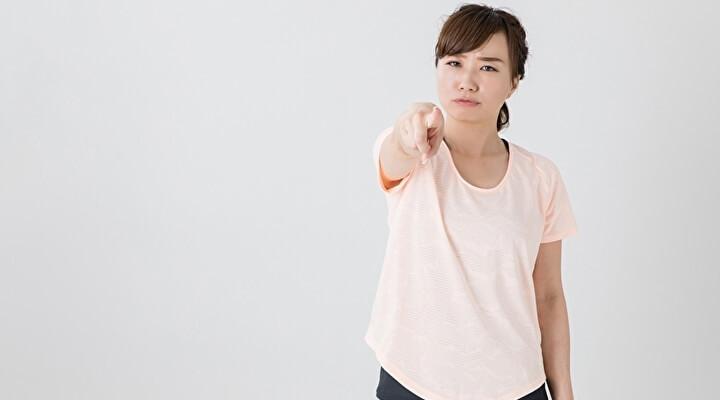 ランニング姿で怒っている女性のイメージ