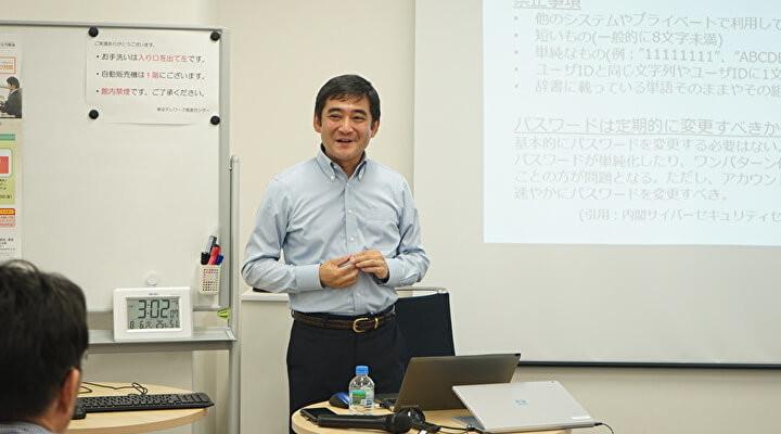 東京テレワーク推進センターで行われたセミナーで説明する白水さん
