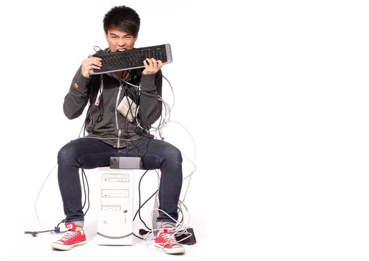 パソコンにかじりつく男性